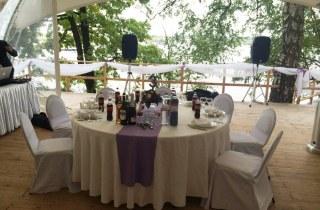 Ресторан в шатре на берегу водохранилища