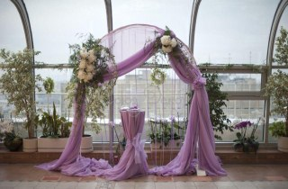 Оформление зала цветами и тканями